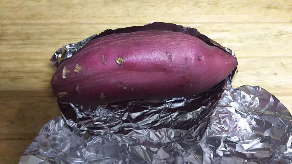 ホイルに包まれたサツマイモ