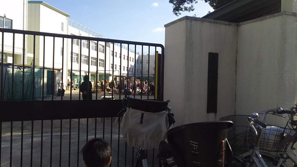 木川南小学校 秋の集会 門の外から