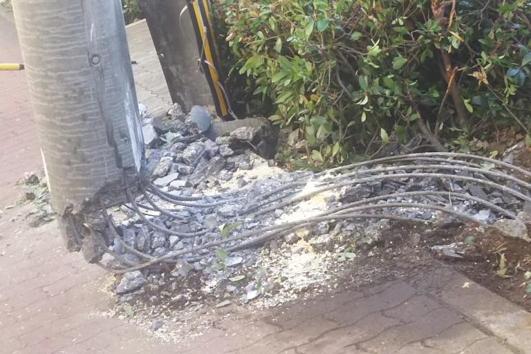 淀川通り 事故 折れた電柱アップ