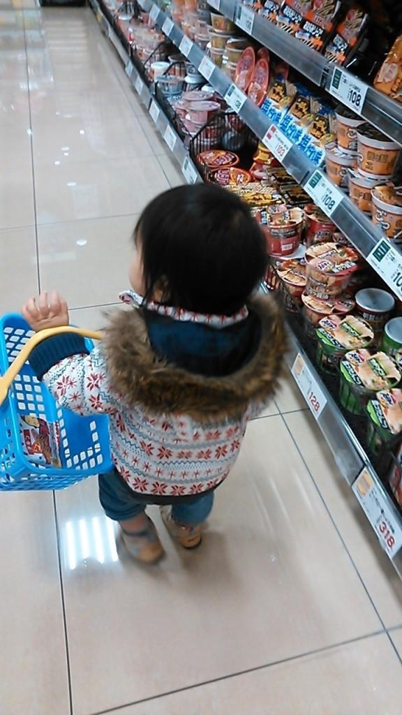 セントラルスクエアで買い物する子ども