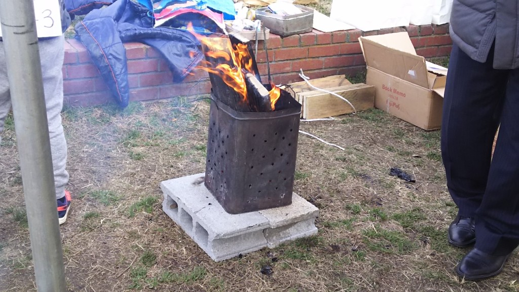 新春たこあげ大会 暖を取る火