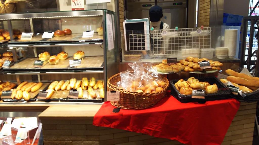 阪急OASIS パン売り場 ショーケースと棚