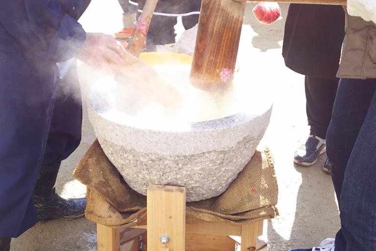 木川南地域 エビ餅 蒸した餅を入れる 工程