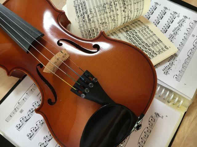 ヴァイオリンと楽譜 管弦楽のイメージ