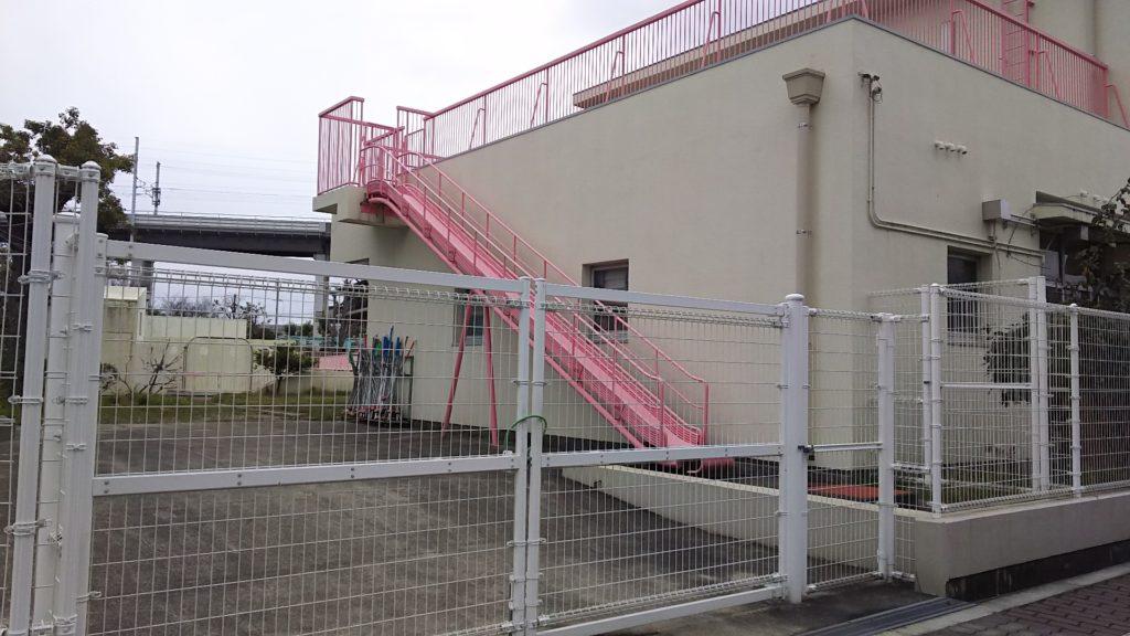 加島第一保育園 建物横 避難用すべり台