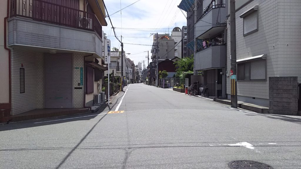 塚本神社前 塚本駅に続く道