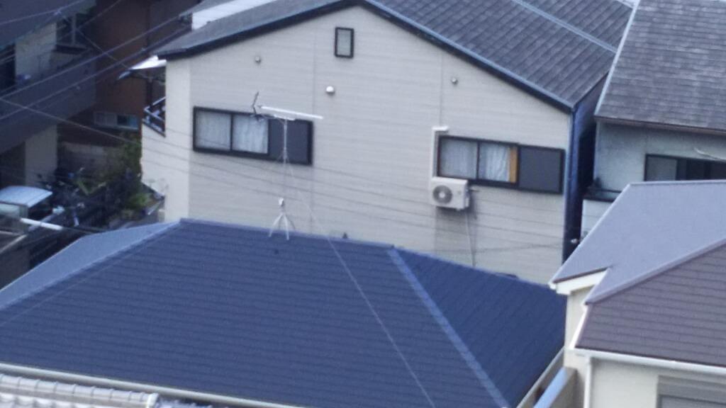 家の屋根から伸びるアンテナ