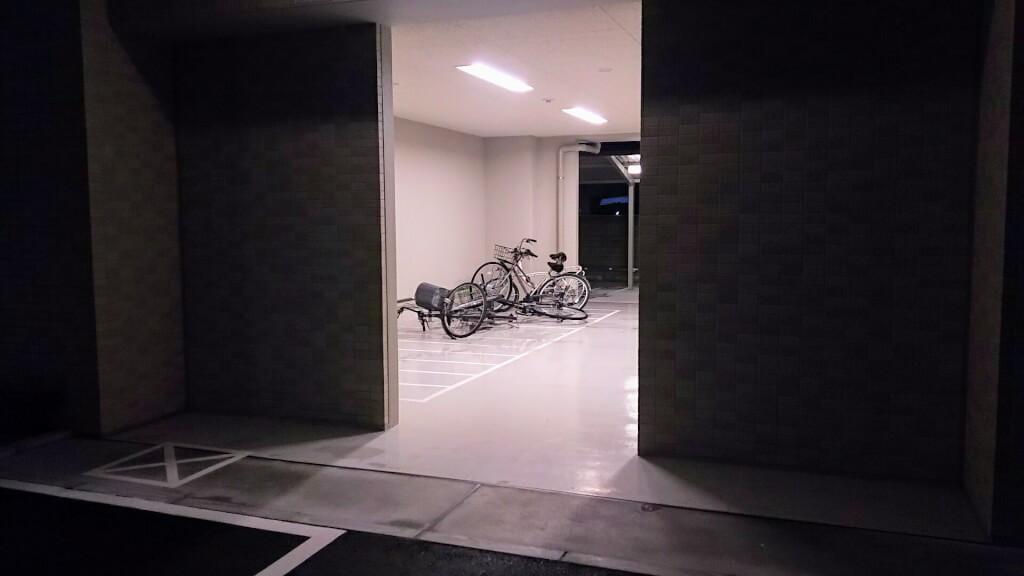 2018年9月4日 19時前後の街の様子 マンションの 壁の内側で 倒れている自転車