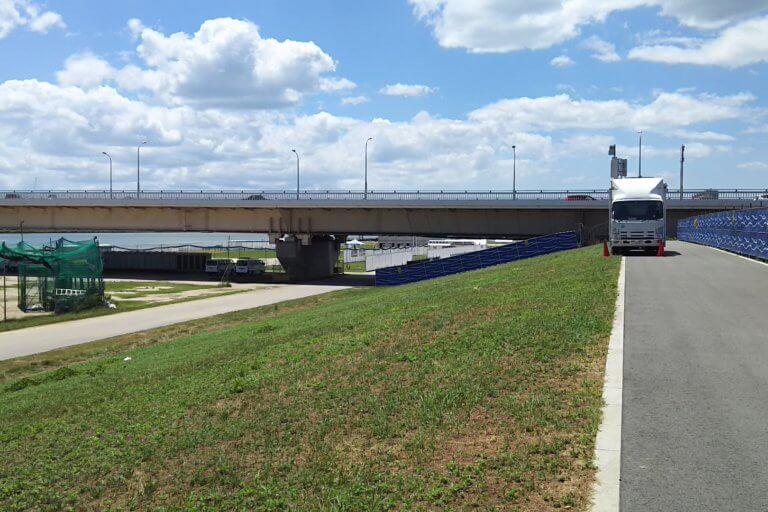 淀川河川敷 十三大橋 と 新十三大橋 の間 付近 新十三大橋方面