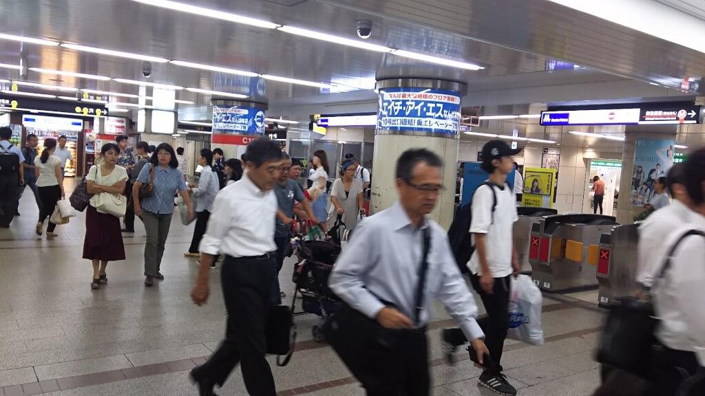 駅構内を歩く人々