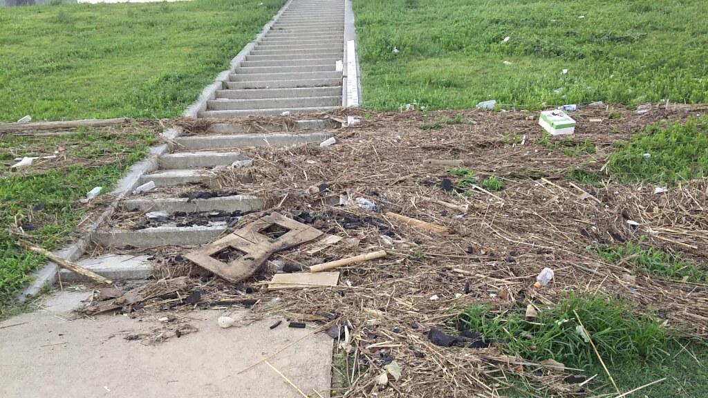 2018年9月5日 淀川河川敷 西中島地区 階段の ごみ