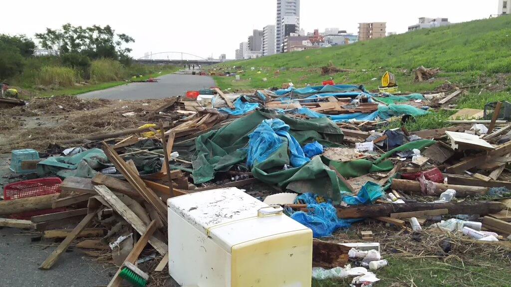2018年9月5日 淀川河川敷 西中島地区 道に積みあがった ごみ