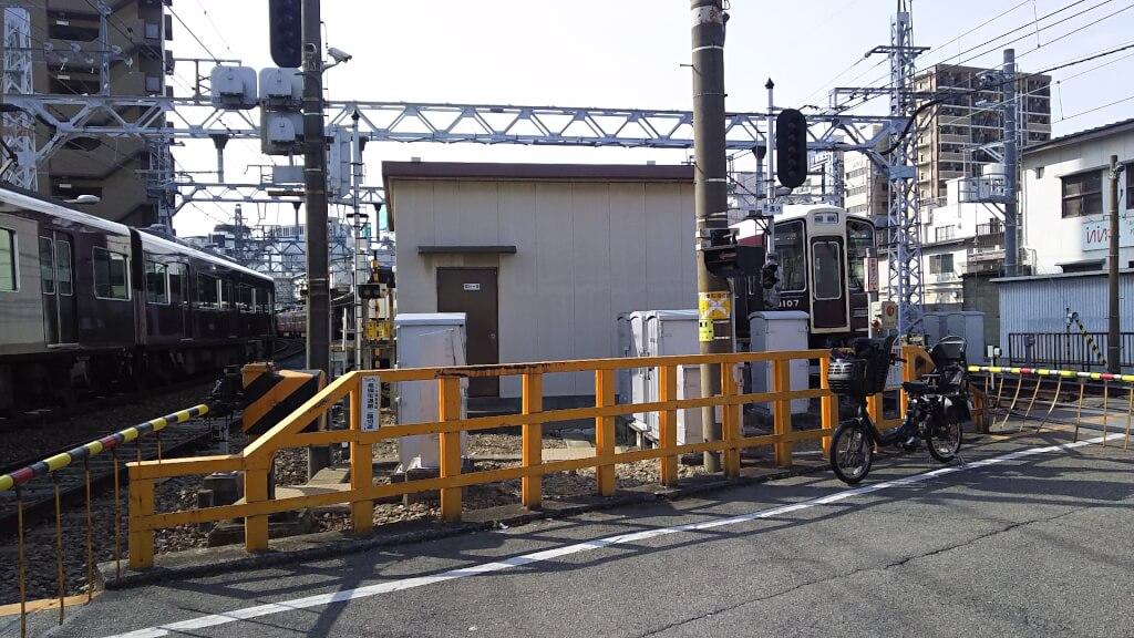阪急十三駅 北側 高槻街道 と 第二 踏切道 の間