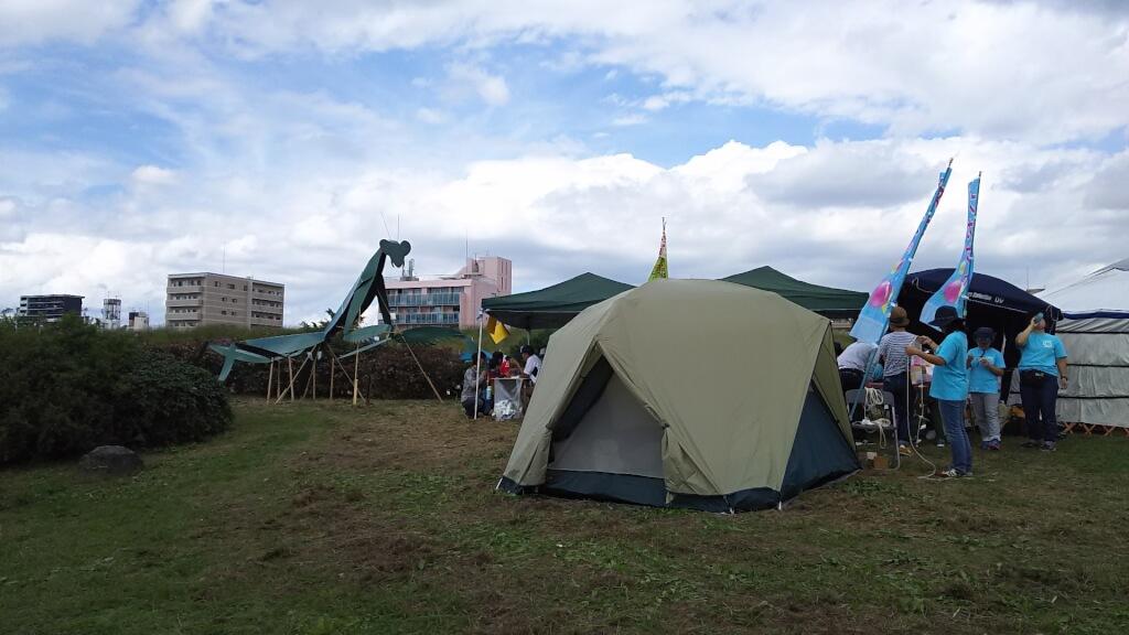 よどがわアーバンキャンプの テントと かまきり