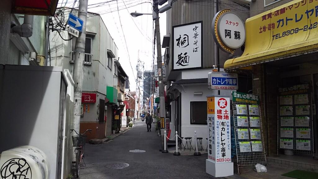 十三筋側から見た 桐麺 十三店