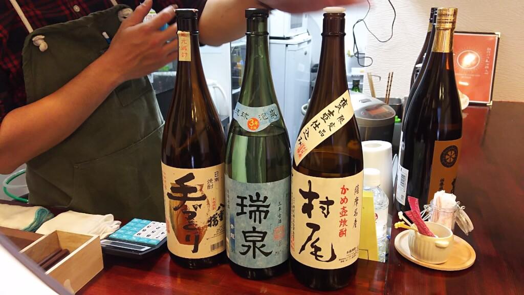 創作バル 沖縄 九州 まんた カウンター上の 地酒