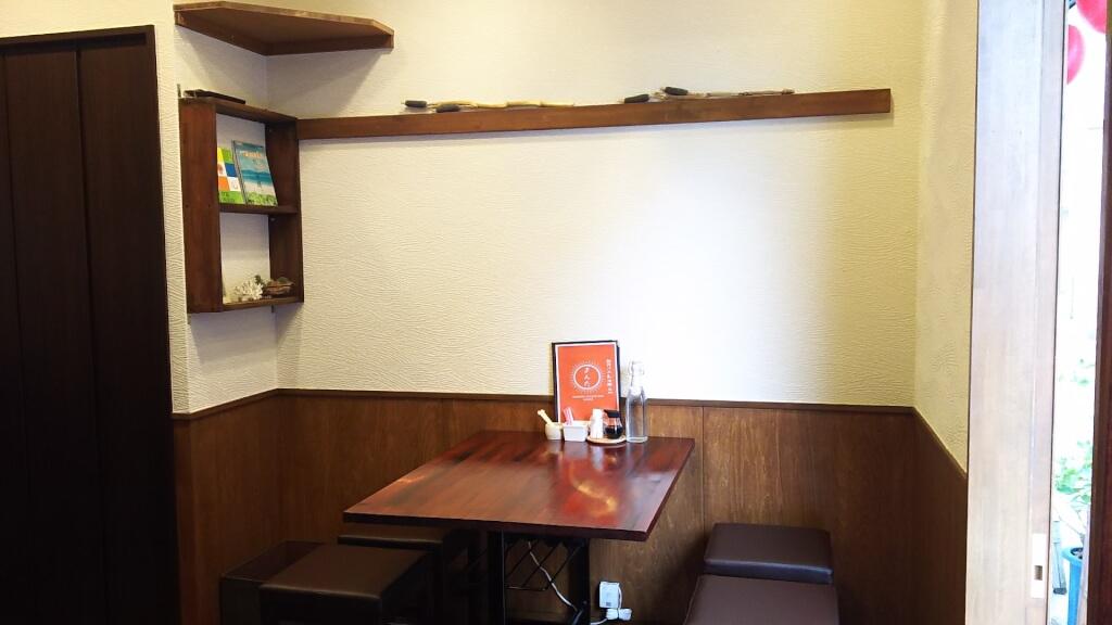 創作バル 沖縄 九州 まんた 店内 テーブル席の様子