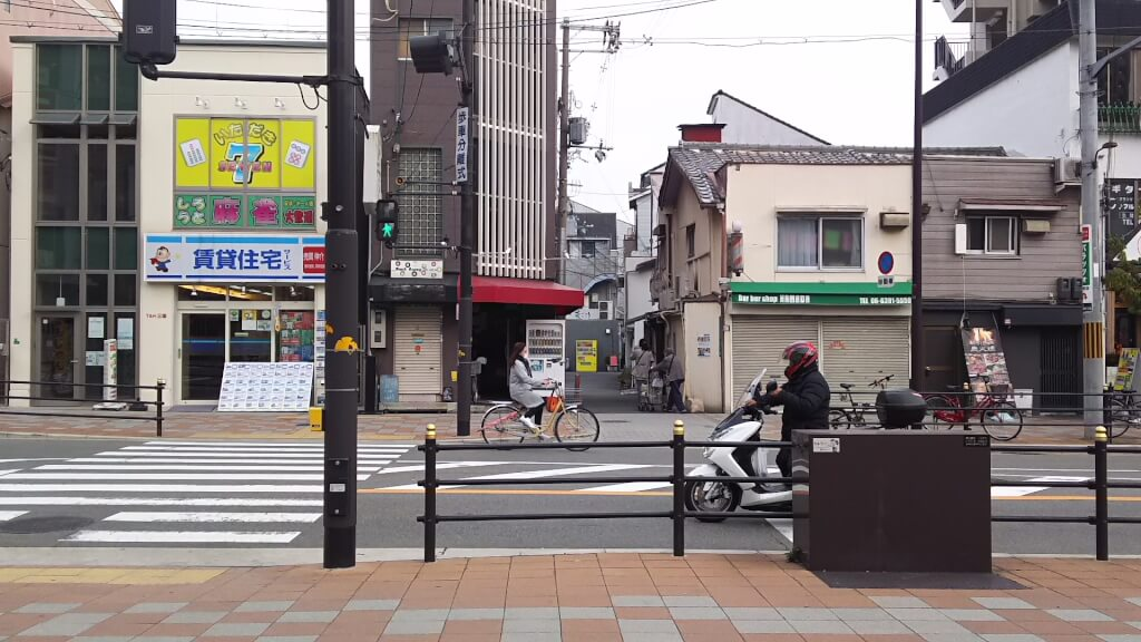 阪急三国駅から 東を向いた景色
