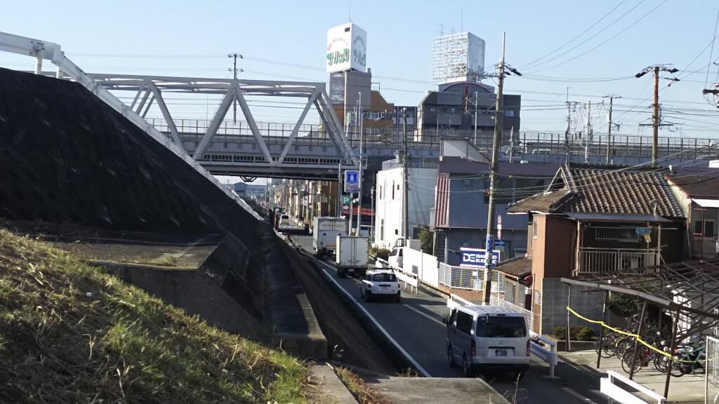 淀川河川敷沿い 一方通行 と ローソン 淀川塚本 1丁目店