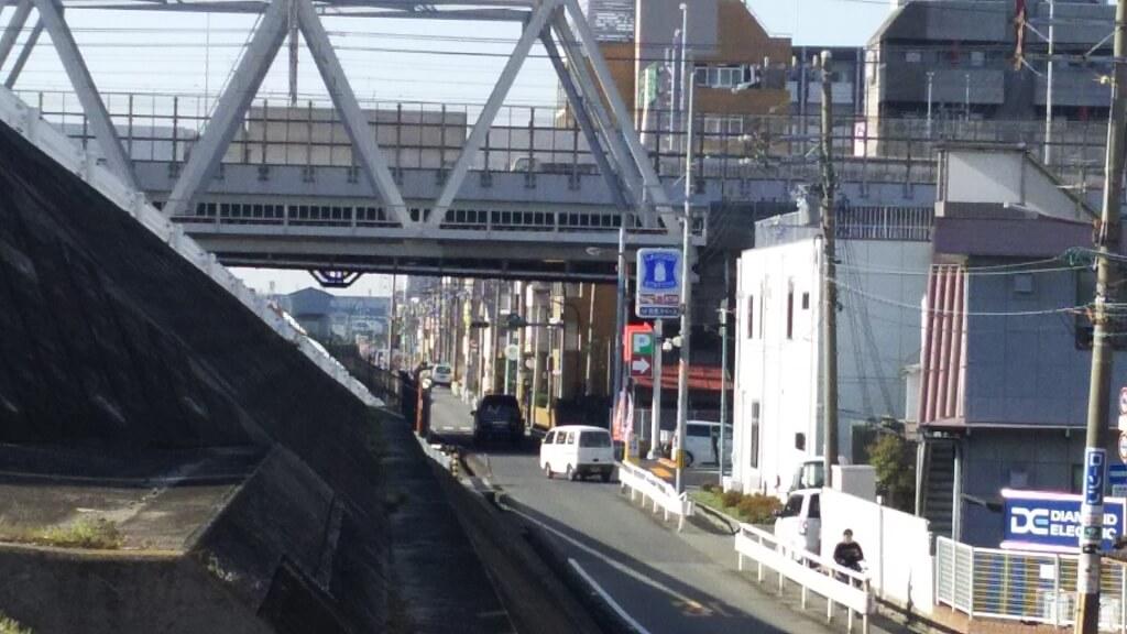 JR 東海道線と ローソン 淀川塚本1丁目店