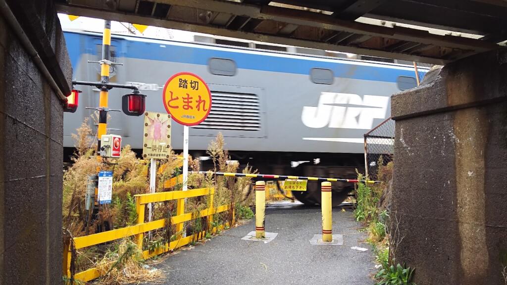 田川踏切を通っている 貨物電車