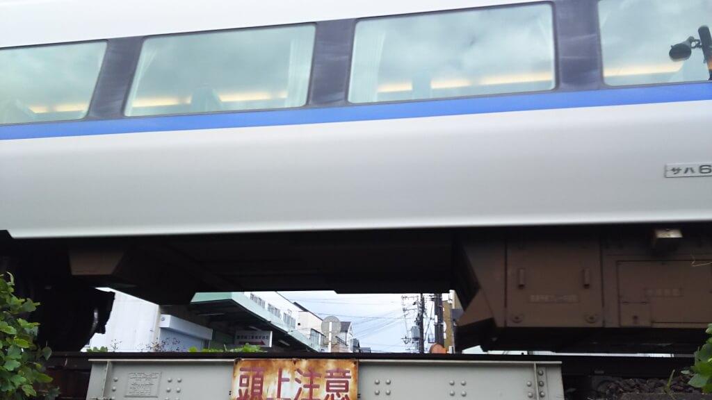 日本一低い高架下 下から見た電車