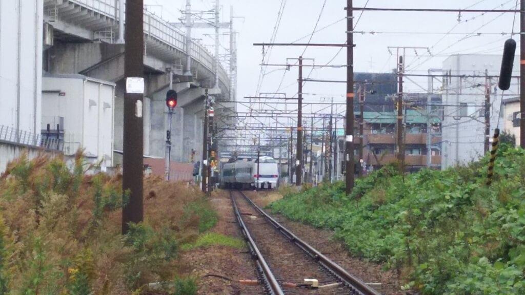 日本一低い 高架下から見た 電車