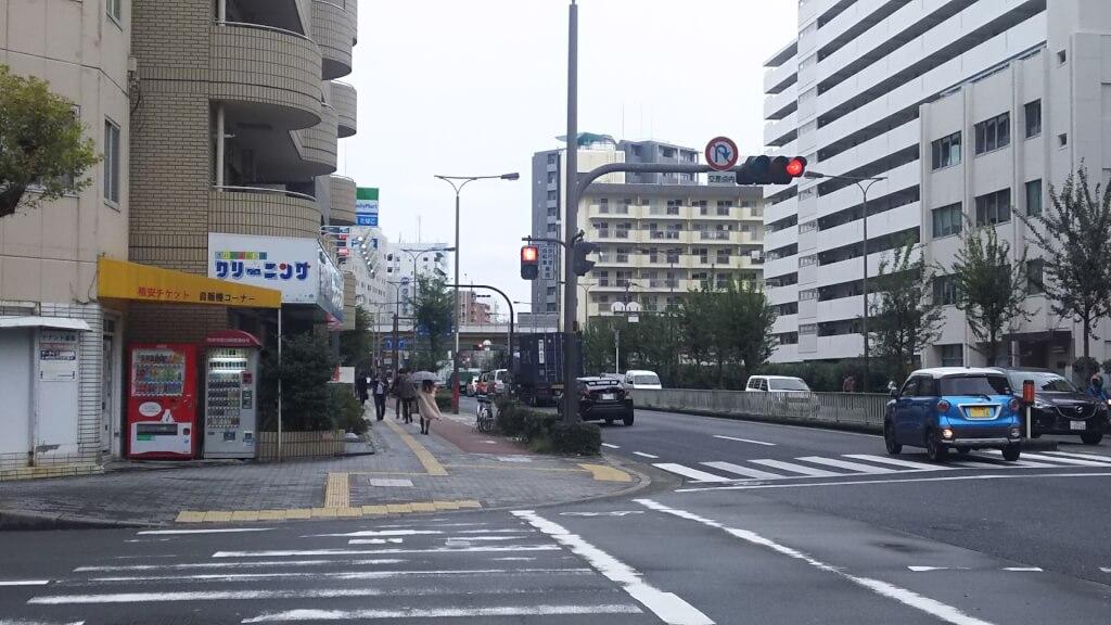 淀川通りの 西中島南方駅から 西へ 一つ目の 信号のある 交差点