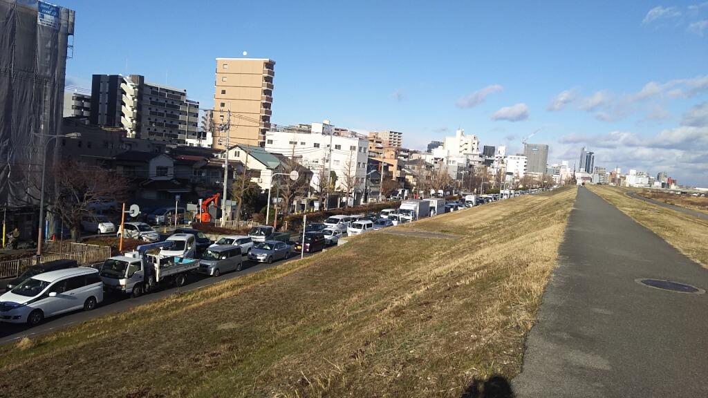 淀川 堤防 北側 一方通行路 の 大渋滞