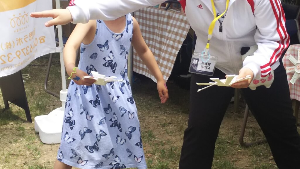 十三子どもきらきらまつり 大阪こども専門学校の方が 子どもと一緒に遊ぶ 姿