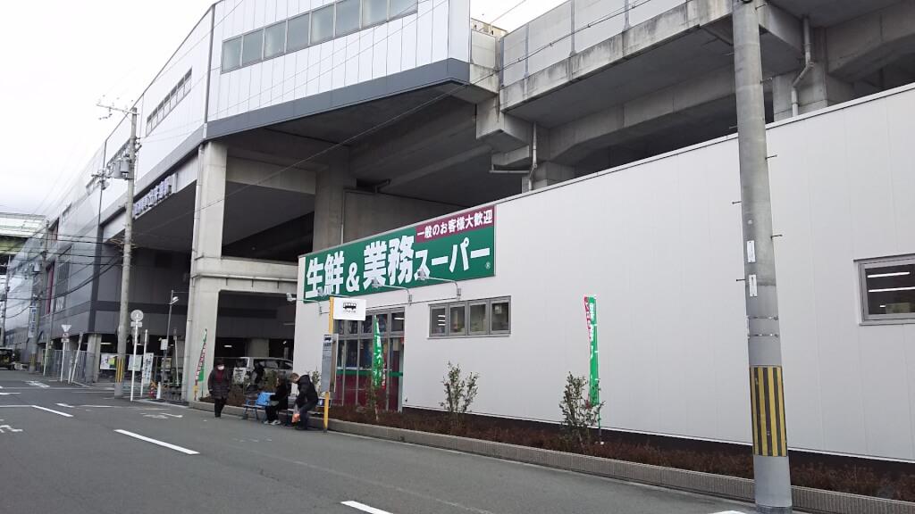 業務スーパー 出来島駅前店 と 阪神電車 高架橋
