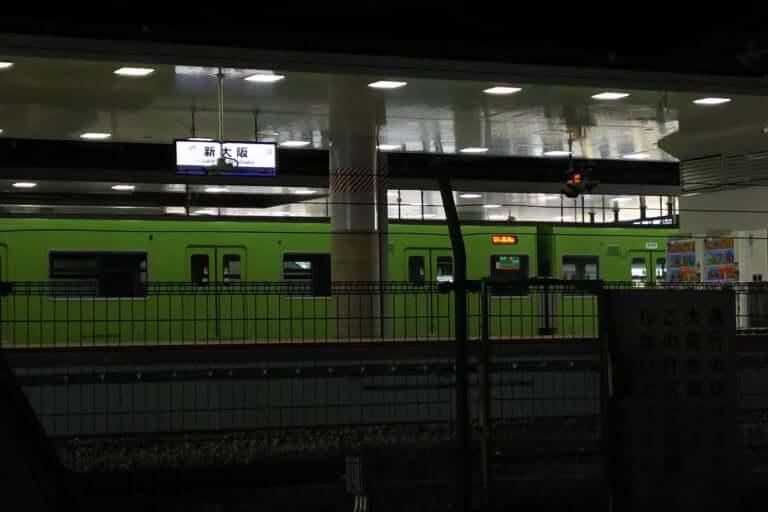 新大阪駅に停まる おおさか東線の 試運転列車 黄緑色の201系