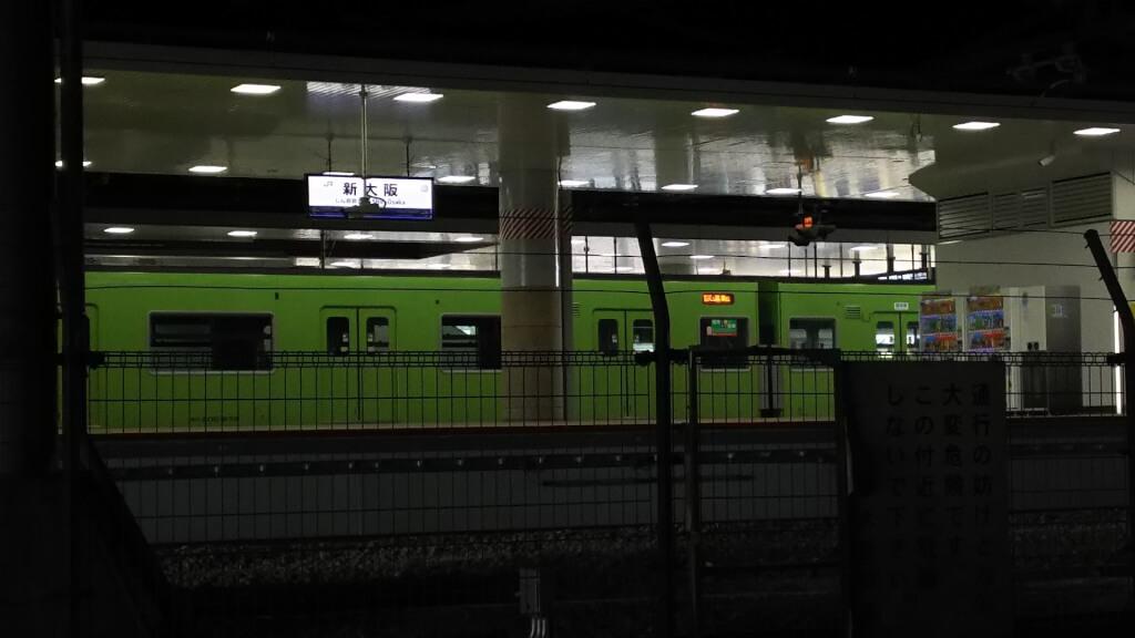 新大阪駅に停まる おおさか東線の 試運転列車