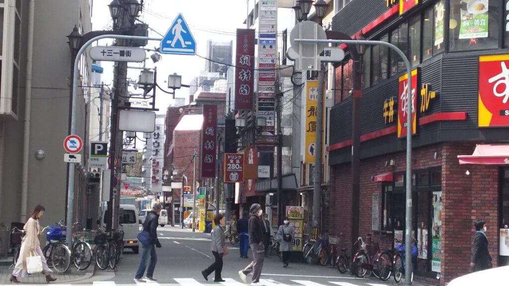 十三筋 さかえまち商店街 の 1つ 南側の 道路