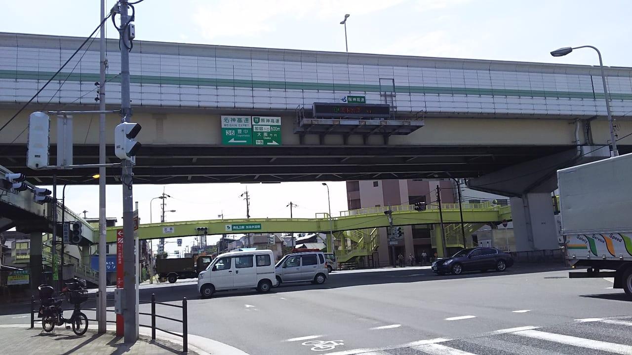 十三筋と みてじま通りが交わるところ 阪高高架下 加島の交差点