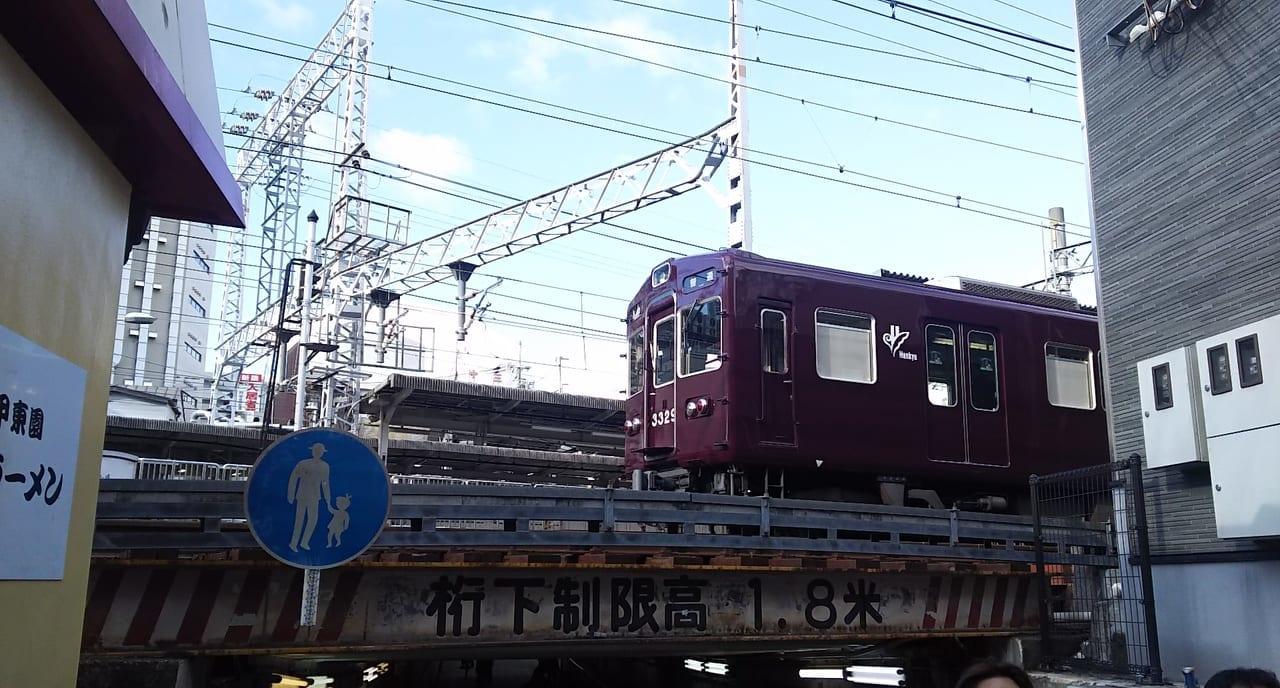阪急電車 十三駅高架下から