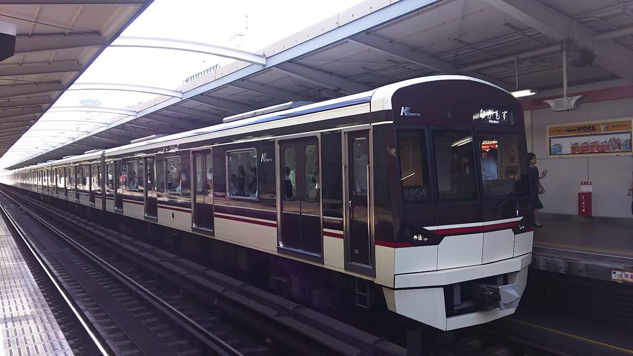 大阪メトロ御堂筋線 駅に停車中の電車