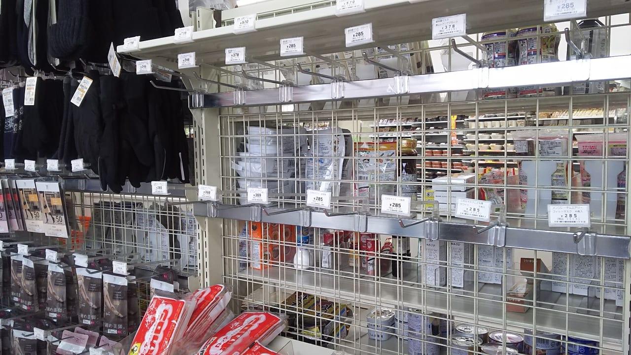 マスクの売り切れている商品の陳列棚
