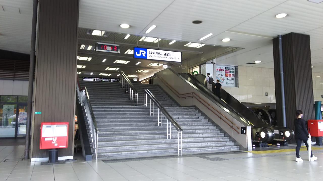 JR 西日本 新大阪駅 正面口 2階への階段